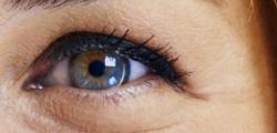 oeuil avec lentilles de contact
