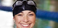 visage de jeune femme avec lunettes de natation