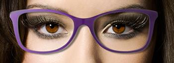Des lunettes dans les tons violets, beige ou caramel pour des yeux marrons